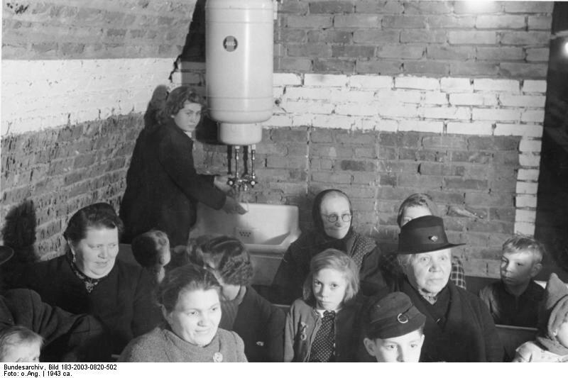 Groflstollen um 1943‹berall im Groflstollen gibt es Warmwasserspeicher und Sp¸lbecken.