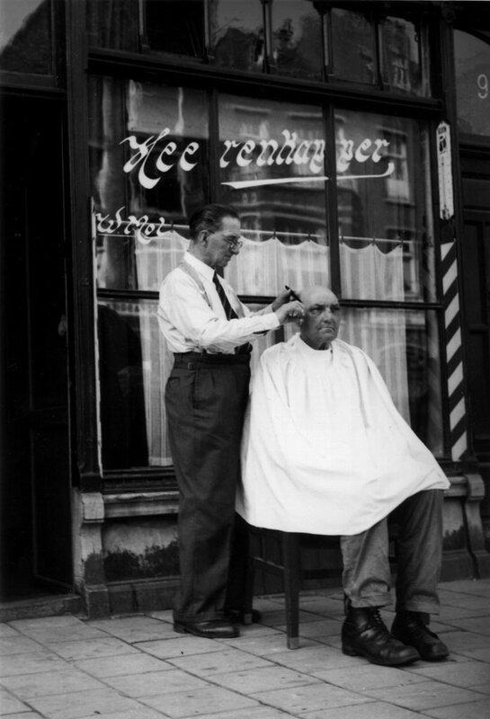 Kapper knipt wegens hitte op straat, Amsterdam, 3 juni 1948Foto Ben van Meerendonk / AHF, collectie IISG, Amsterdam