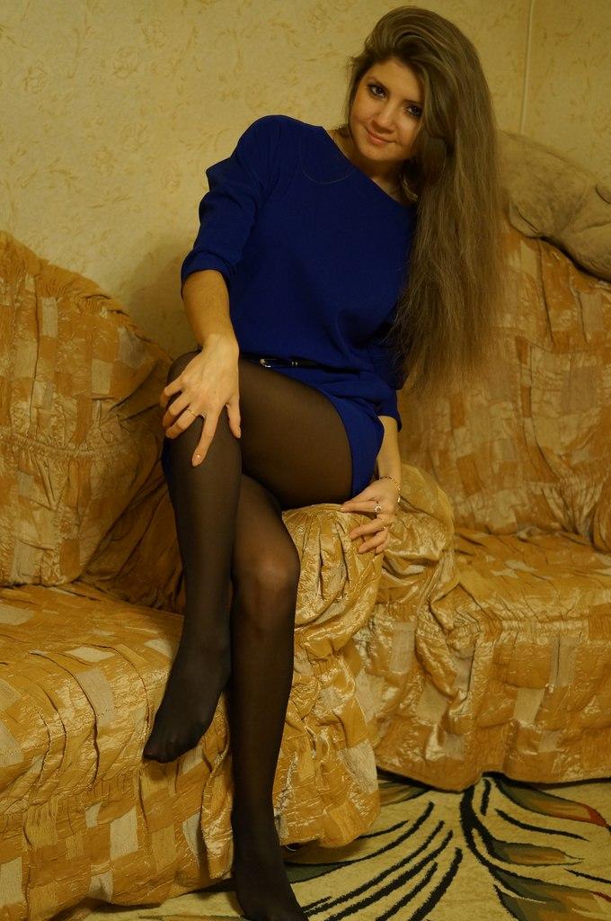 Девушка в синем нарядном платье и колготках