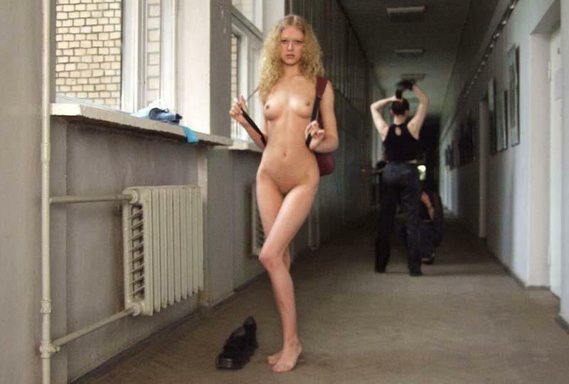 бежала голой по коридору