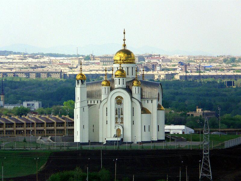 Собор на фоне города (07.02.2014)