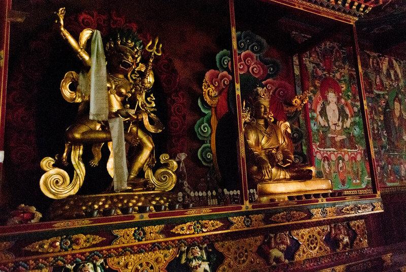 Внутри будийского храма