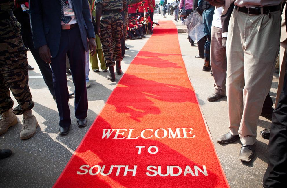 14. Красная дорожка с надписью «Добро пожаловать в Южный Судан». (AP Photo/Andrew Burton)