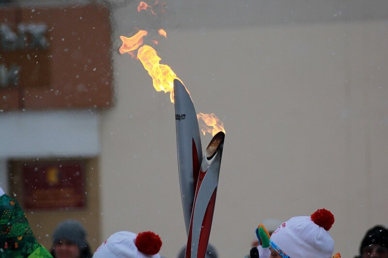 Эстафета олимпийского огня в Кирове: пламя факелов