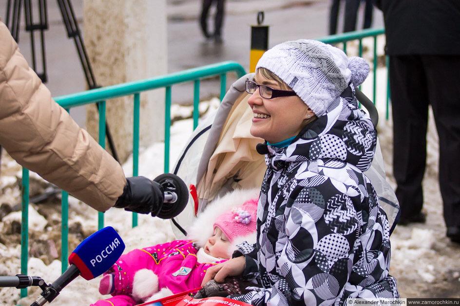 Журналисты берут интервью Олимпийский огонь в Саранске
