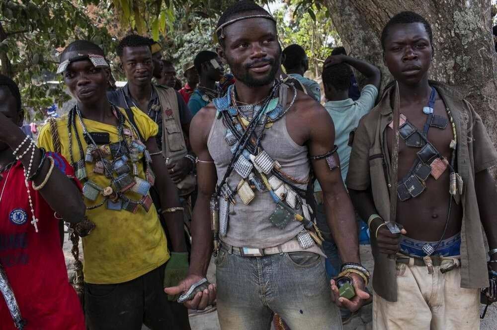 Боевики христианского движения Anti-Balaka с гранатами и ножами в руках на своей базе в окрестностях аэропорта