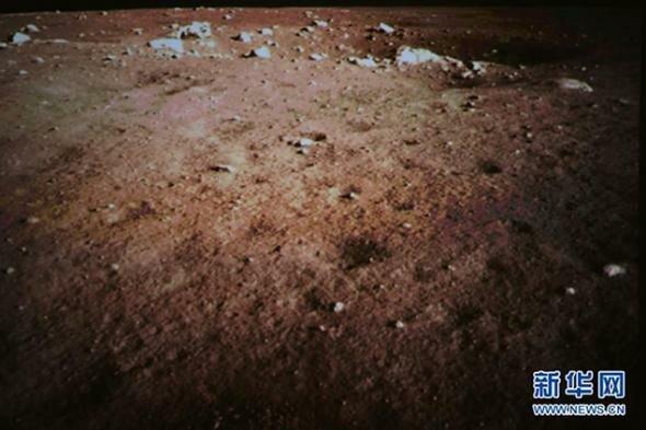 Китайцы сфотографировали поверхность Луны и без зайца она коричневая