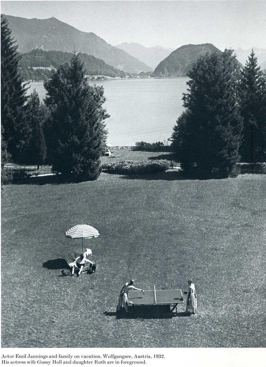 1932. Актер Эмиль Яннингс с семьей на отдыхе. Австрия.