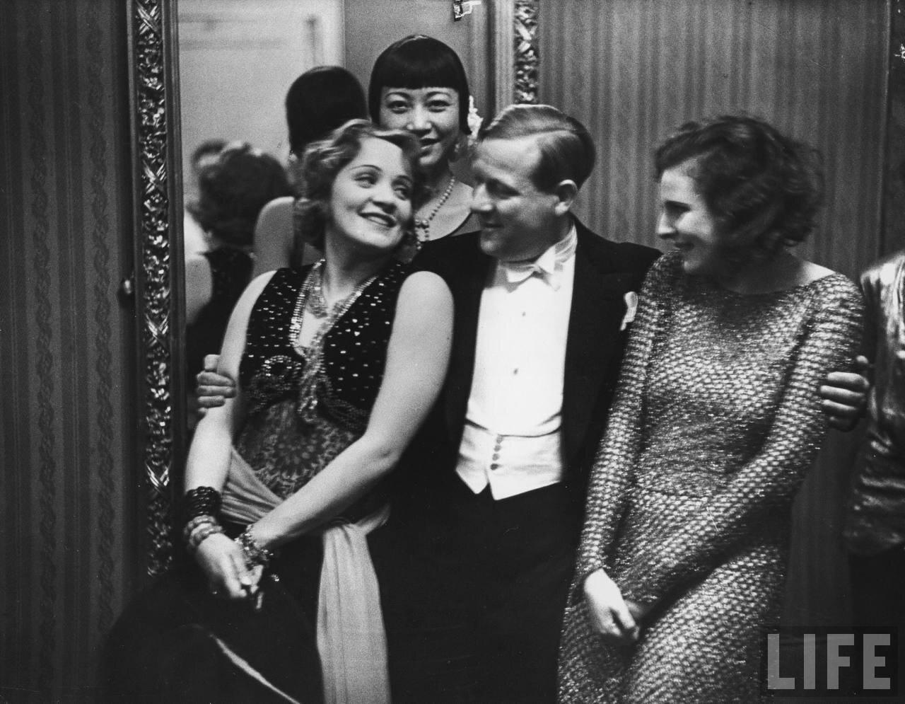1928. Марлен Дитрих, Анна Мэй Вонг и Лени Рифеншталь на балу в Берлине