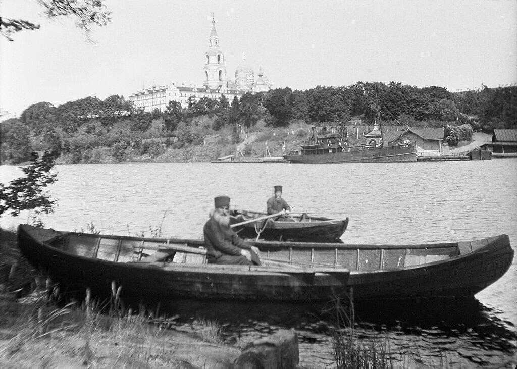Монахи на лодках на Ладожском озере. На заднем плане остров Валаам