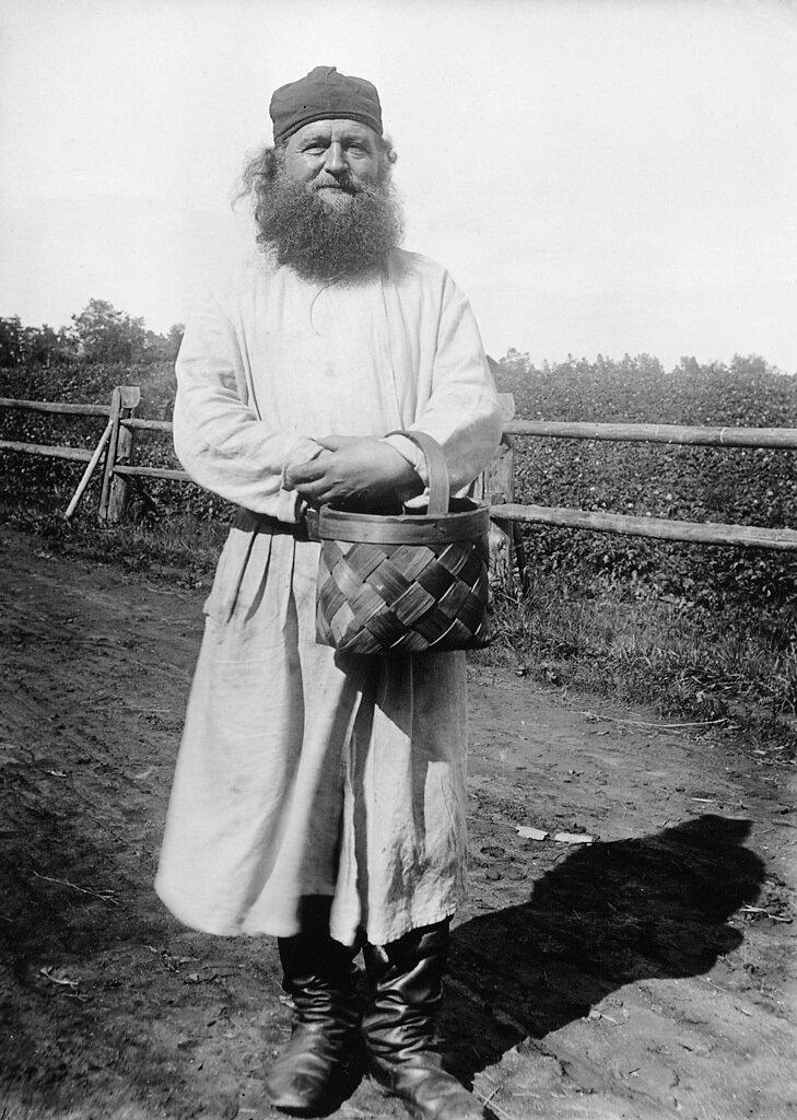 Отец Венерий с берестяной корзиной