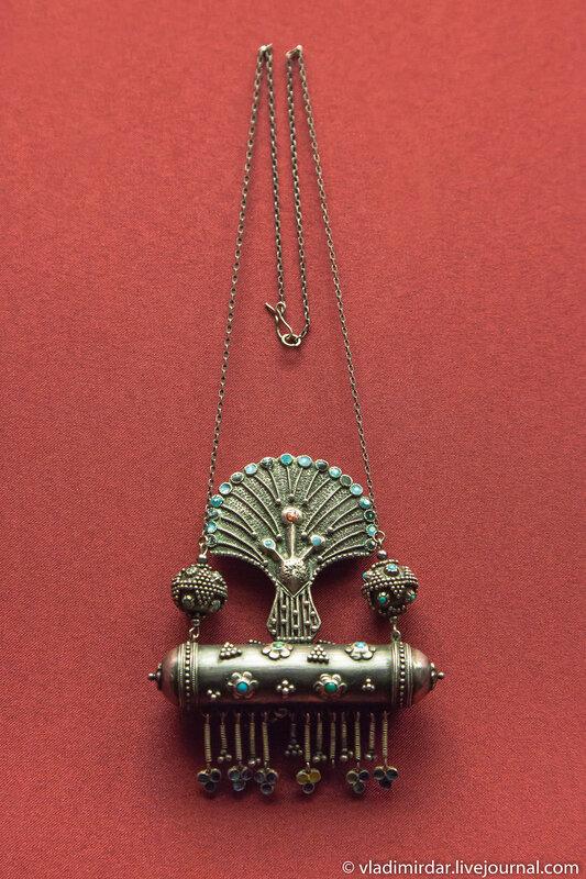 Колье «Муккуй-павлин». Манаба Магомедова. 1959. Серебро, бирюза; эмаль, зернь. Частное собрание.