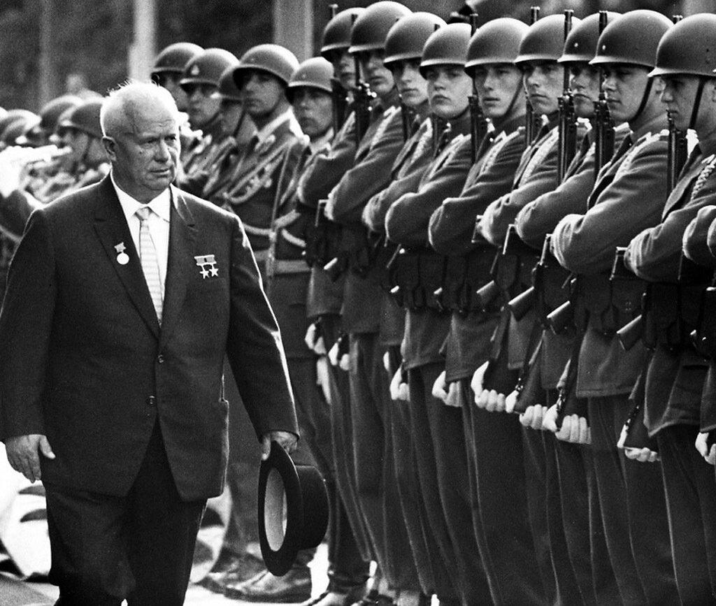 Никита Сергеевич Хрущёв проходит перед австрийскими войсками в Вене, 1961 год, июнь, до встречи  с президентом Кеннеди