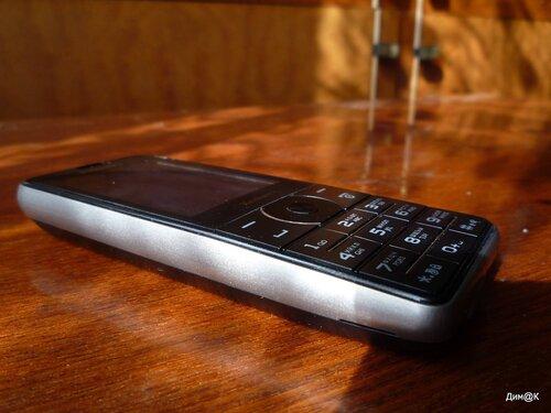 Philips Xenium X1560 (левая сторона)