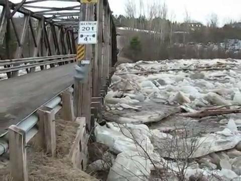 Лед на реке против моста