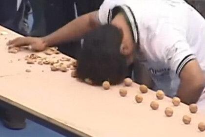 Пакистанец смог головой расколоть за минуту 155 ореховых скорлупок