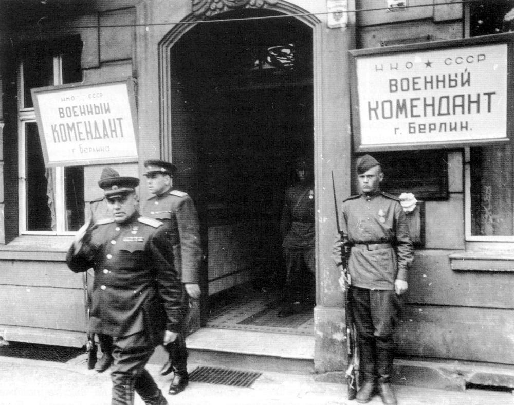 Первый комендант Берлина генерал-полковник Н.Э. Берзарин выходит из здания комендатуры.jpg