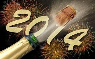 Пробка от бутылки шампанского взлетает! С Новым годом!