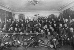 Император Николай II,  великие князья Владимир Александрович, Михаил Александрович и Николай Николаевич сгруппой офицеров  батальона.