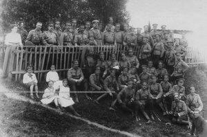Герцог Мекленбург-Стрелецкий и командир гвардейского корпуса генерал В.М.Безобразов с группой офицеров.