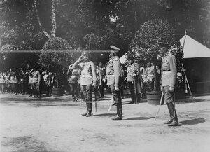Император Николай II (слева) принимает рапорт командира Конно-гренадерского полка генерал-майора В.Х.Роопа в день открытия памятника шефу полка , великому князю Михаилу Николаевичу.