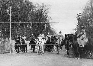 Император Николай II  объезжает строй  молодых солдат полка, призыва 1912 года