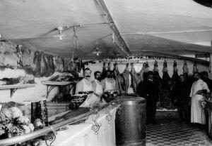 Мясо-овощной отдел магазина.