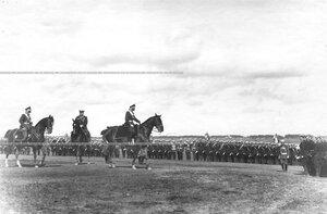 Император Николай II и сопровождающие его офицеры поздравляют юнкеров с производством в офицеры.