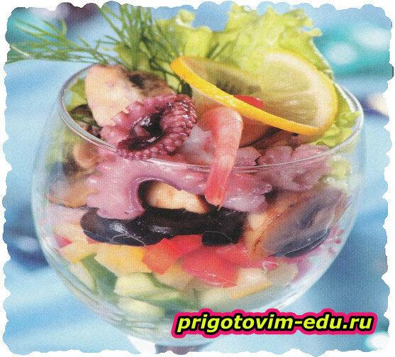 Салат-коктейль из морепродуктов с грибами