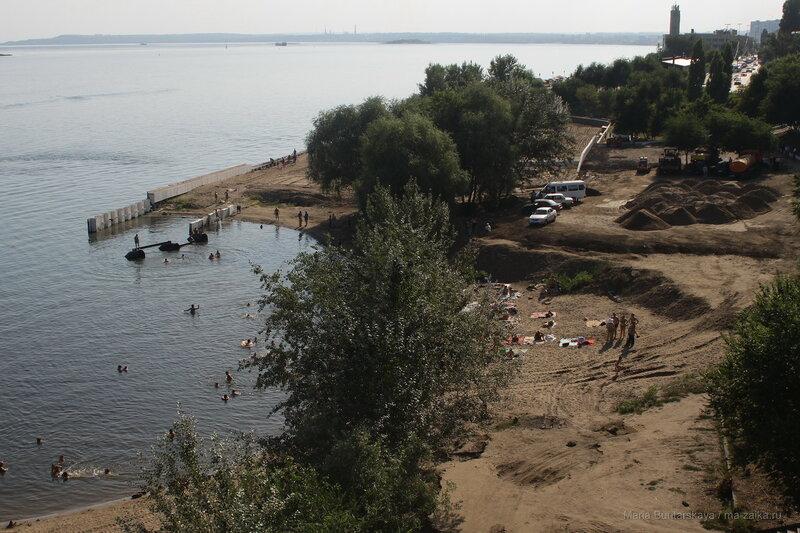 На пляже у моста, Саратов, Набережная Космонавтов, 11 августа 2016 года