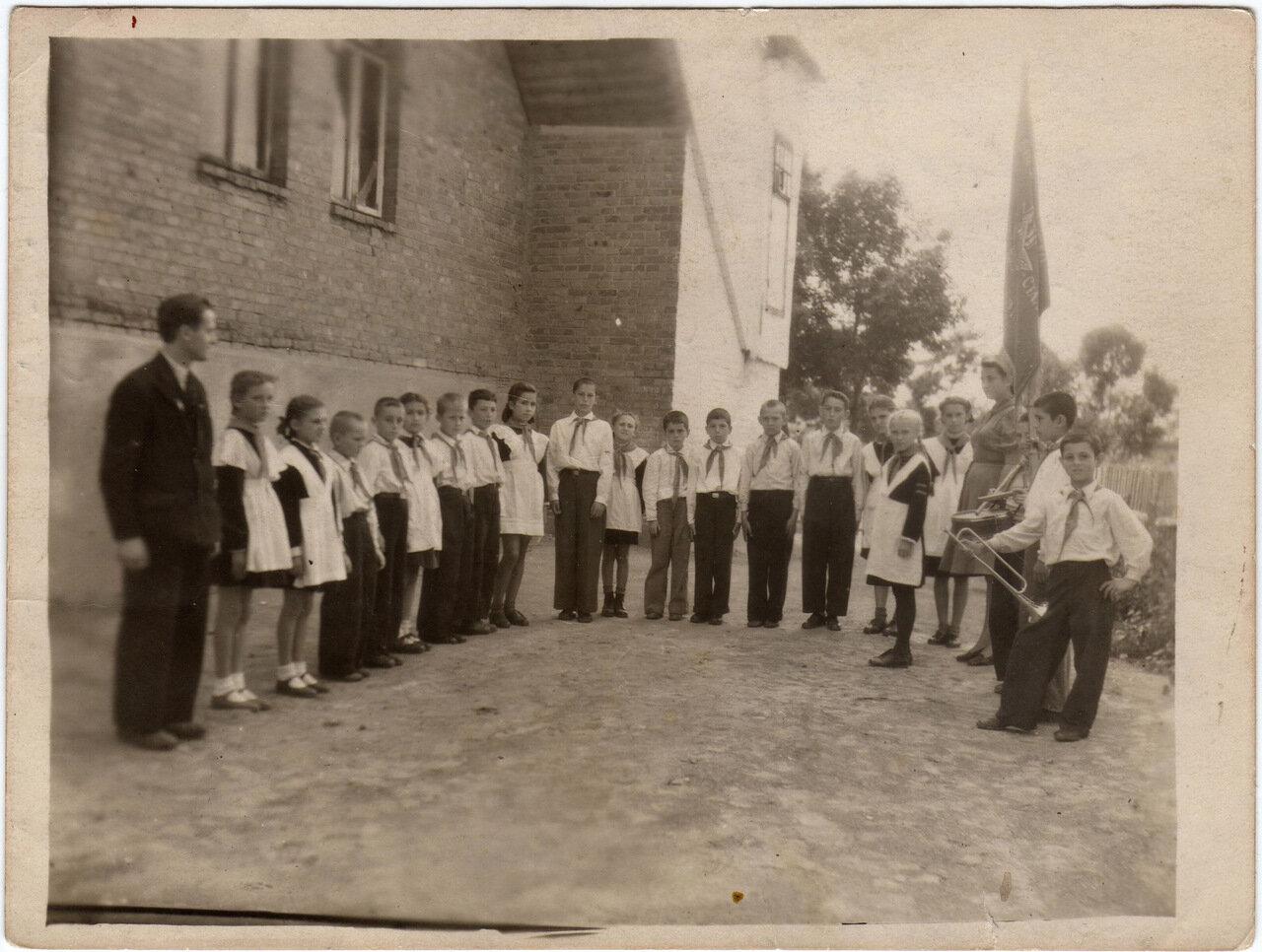 1950. Показательный сбор в школе