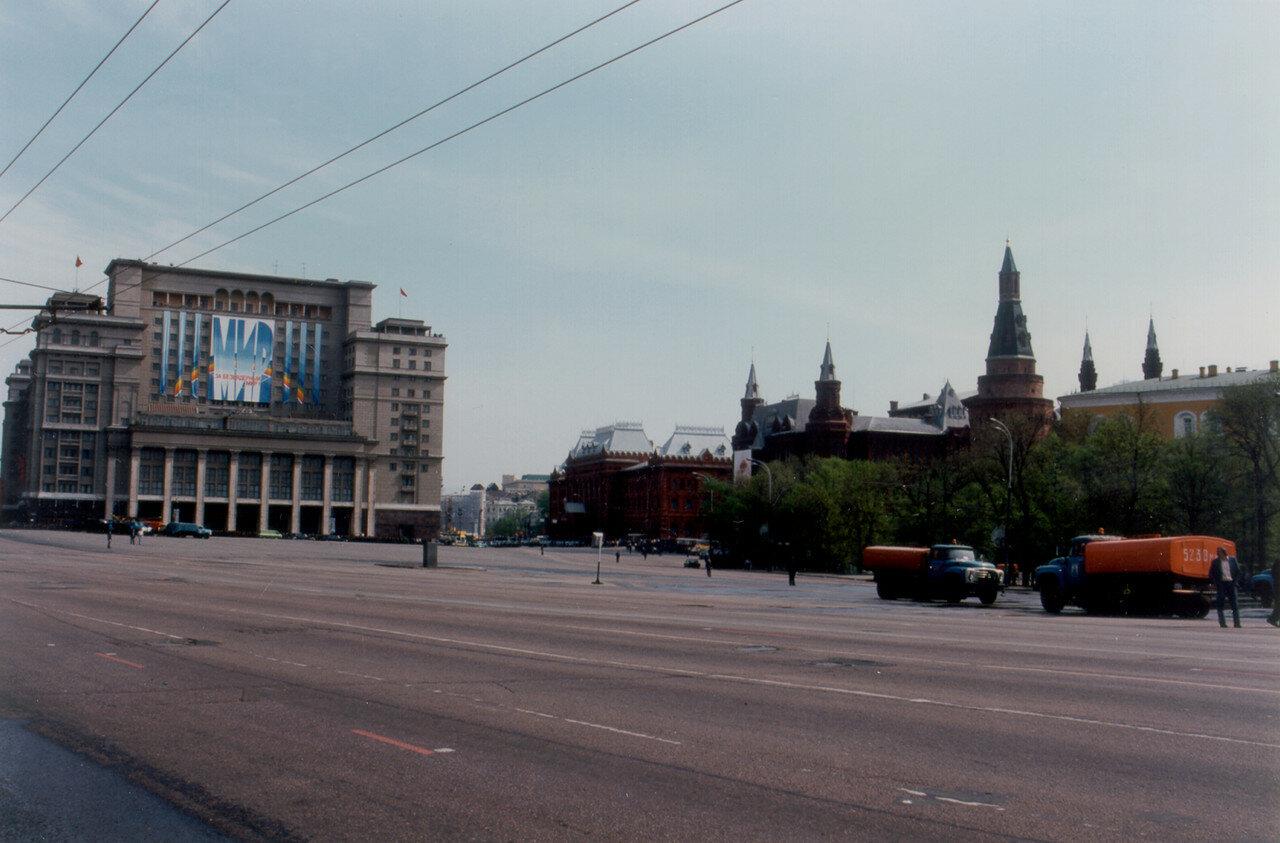 Пустые улицы после первомайского парада