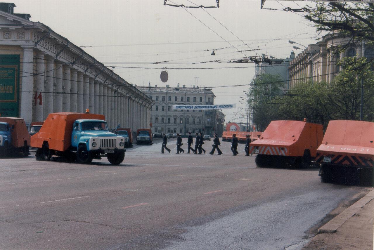 Уборка улиц после первомайского парада