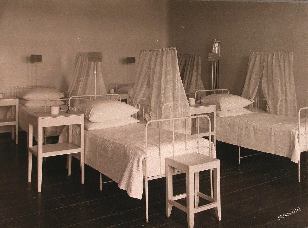 28. Вид одной из палат в родильном отделении больницы
