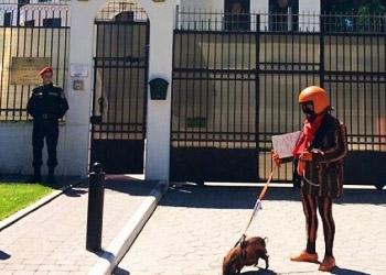 Полосатый протест у посольства России в Кишинёве