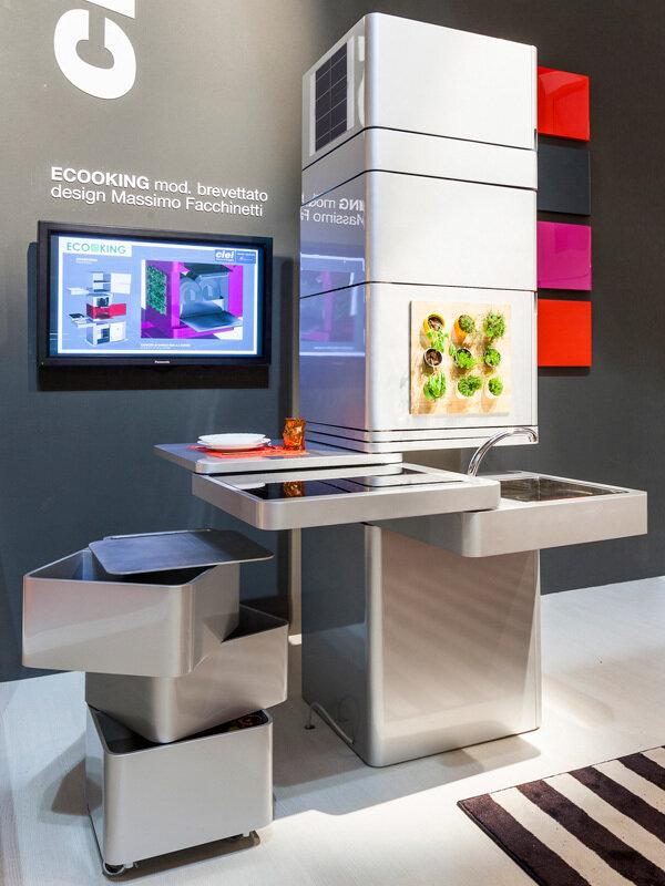 Вертикальная кухня с выдвижными модулями