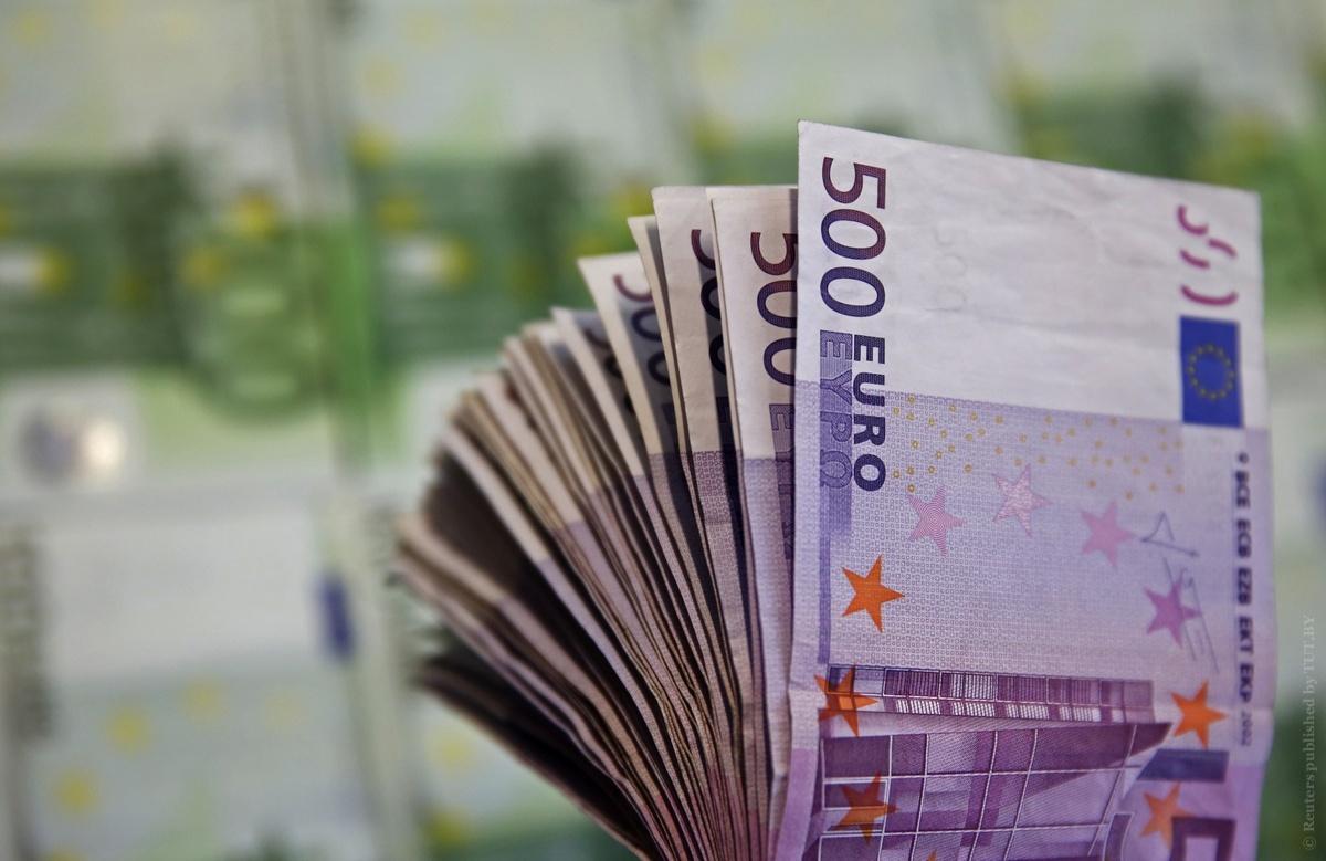 Доллар иевро продолжают стремительно расти