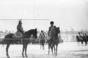 Командующий парадом принимает рапорт командира полка.