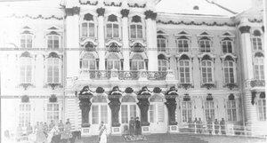 Император Николай II с группой офицеров у подъезда Екатерининского дворца во время смотра полка.