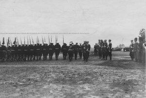 Измайловцы проходят церемониальным маршем мимо императора Николая II, принимающего парад полка.