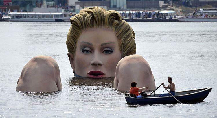 Памятник купающейся блондинке (Гамбург)