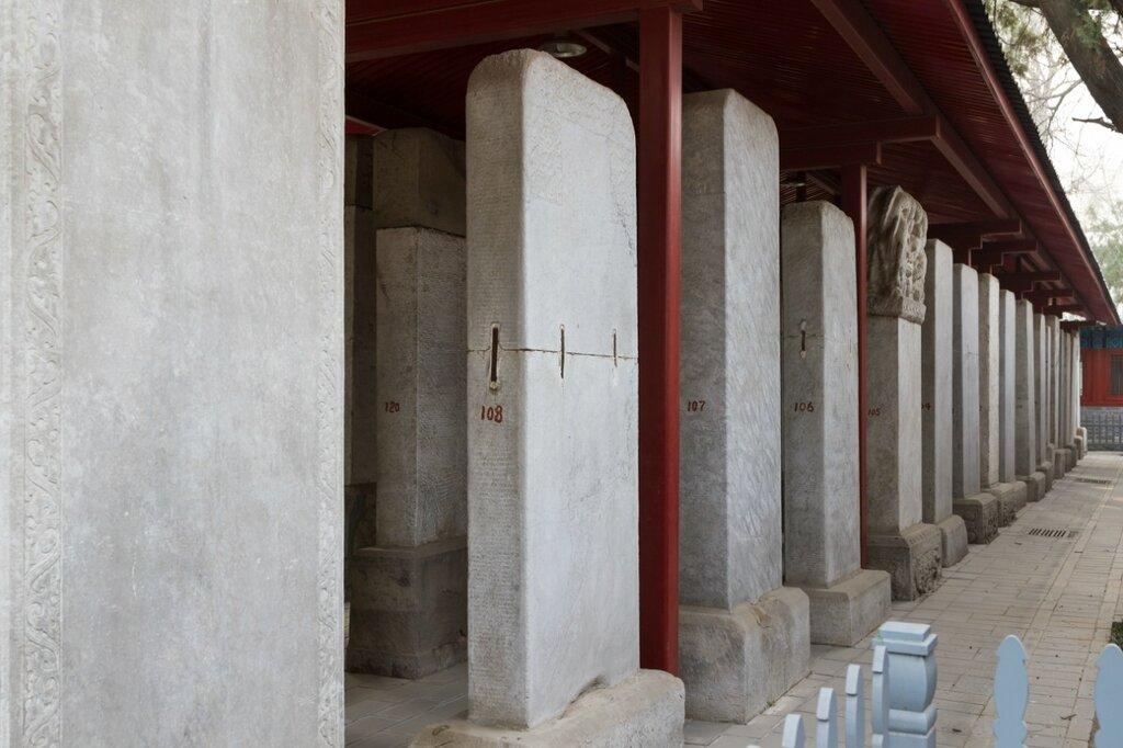 Стеллы с именами сдавших императорский экзамен