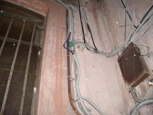 Фото 4. Новое место повреждения кабеля обнаружено. Для сращивания перерезанной жилы использован электротехнический сжим У 734 («орех»).