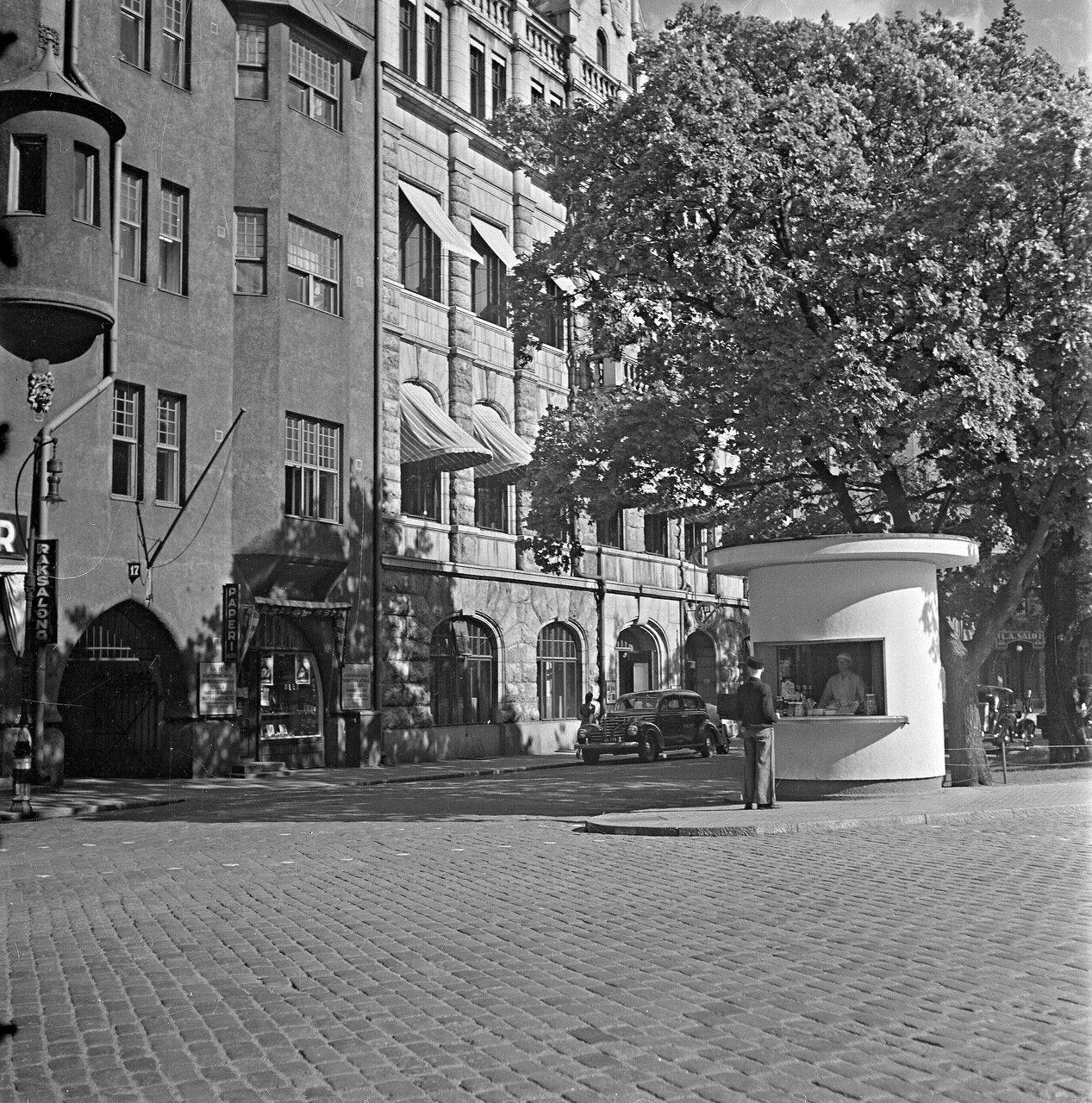 1941. 20 июня. Киоск прохладительных напитков возле парка