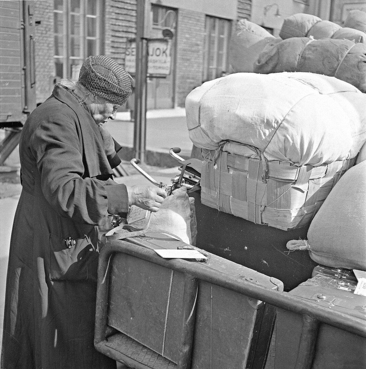 1941. 20 июня. Центральный вокзал. Осмотр багажа