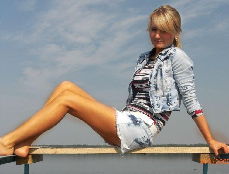 Блондинка в джинсовой куртке и шортах