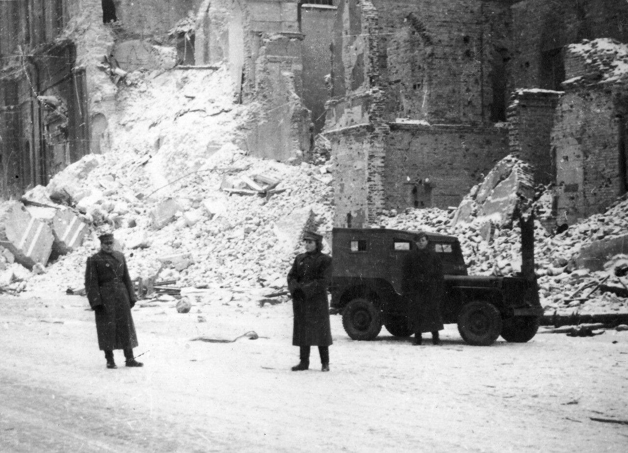 Солдаты Войска Польского у джипа «Виллис» (Willis) на углу Иерусалимской аллеи (Aleje Jerozolimskie) и улицы Новый Свет (Ulica Nowy Świat) в освобожденной Варшаве. 1945