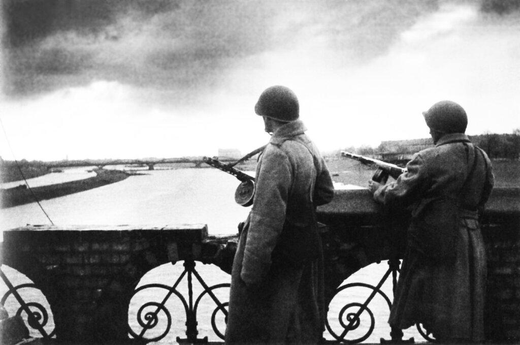 Советские автоматчики на мосту через Одер. Германия. 1945