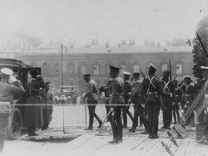 Император Николай II направляется к ожидающему его автомобилю после окончания церемонии закладки новых казарм конного полка.