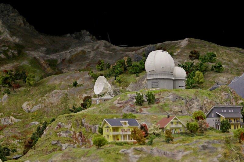 Гранд макет: купола обсерватории в горах и коттеджи на склонах